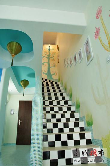 楼梯台阶侧面采用黑白相间的格子瓷砖装修,色彩的跳跃感让楼梯更
